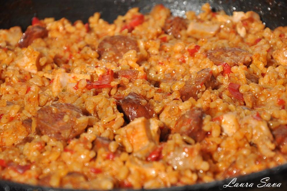 Jambalaya cu pui si carnati