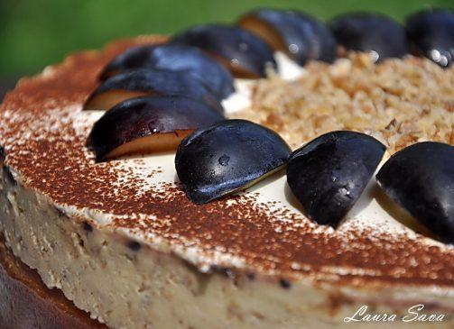 Tort de prune cu mascarpone si nuci caramelizate