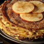 Tort de clatite cu mere si crema de vanilie